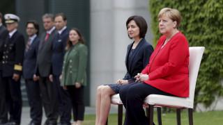Νέα ανησυχία για τη Μέρκελ: Κάθεται κατά την ανάκρουση του εθνικού ύμνου κόντρα στο πρωτόκολλο