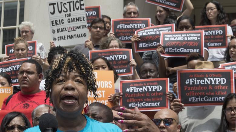 ΗΠΑ: Δεν θα ασκηθεί δίωξη στον αστυνομικό που κατηγορείται ότι έπνιξε τον Αφροαμερικανό Έρικ Γκάρνερ