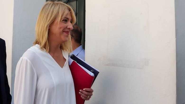 Ελεύθερη η Ρένα Δούρου μετά την απολογία της για τις φονικές πλημμύρες στη Μάνδρα