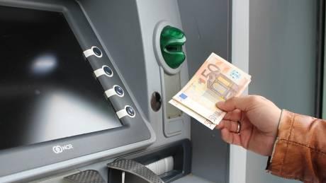 «Τσουχτερές» χρεώσεις στις διατραπεζικές αναλήψεις μέσω ΑΤΜ από την ερχόμενη εβδομάδα