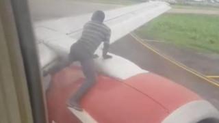 Άνδρας έκανε «σάλτο μορτάλε» στο φτερό αεροπλάνου λίγο πριν την απογείωσή του