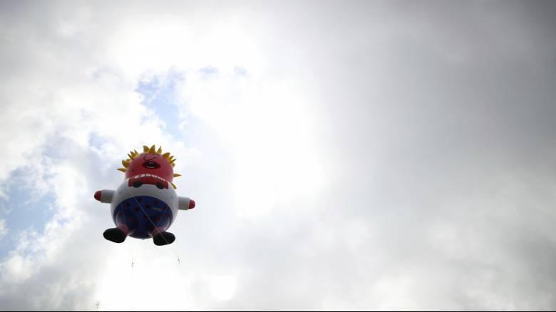 Ένας... φουσκωτός, «κλαψιάρης» Μπόρις Τζόνσον στον ουρανό του Λονδίνου