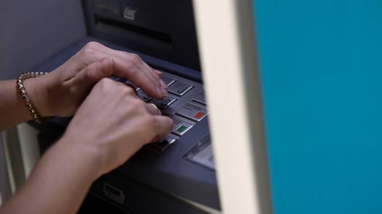 Διατραπεζικές αναλήψεις μέσω ΑΤΜ: Δείτε τι άλλαξε στις χρεώσεις