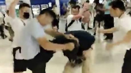 Κατακραυγή για την άγρια επίθεση μασκοφόρων κατά διαδηλωτών στο Χονγκ Κονγκ - Δεκάδες τραυματίες