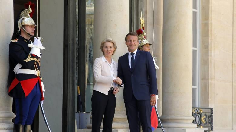 Στη Γαλλία η νέα πρόεδρος της Κομισιόν: Θερμή υποδοχή από τον Μακρόν