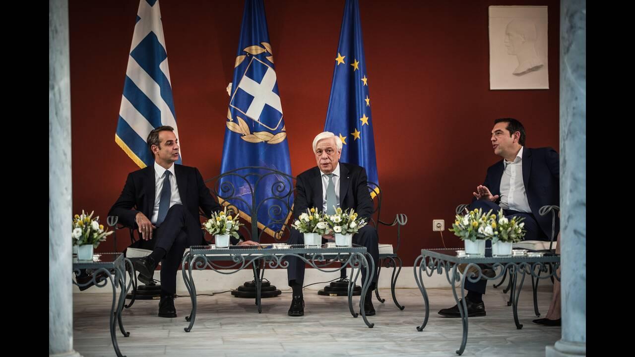 Ο Κυριάκος Μητσοτάκης με τον Αλέξη Τσίπρα μαζί με τον Προκόπη Παυλόπουλο.