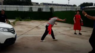 Εντυπωσιακό βίντεο: Μάστερ του Κουνγκ Φου τράβηξε δύο αμάξια με το... αυτί του