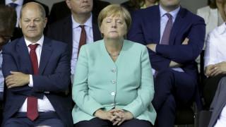 Κούραση ή νέα κρίση: Η έντονη υπνηλία της Μέρκελ ρίχνει λάδι στη φωτιά των θεωριών