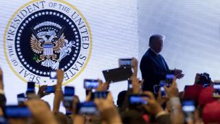 Αστοχία ή φάρσα: Δικέφαλος αετός και... μπαστούνια του γκολφ στην προεδρική σφραγίδα Τραμπ