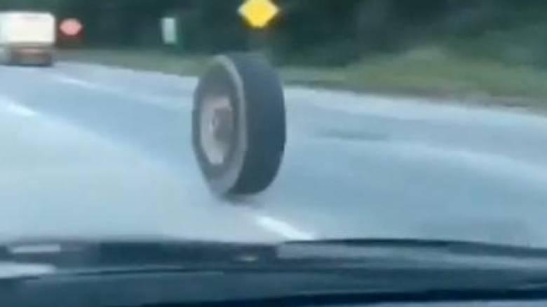 Αλλόκοτο τροχαίο: Ρόδα σε τρελή πορεία προκαλεί πανικό σε αυτοκινητόδρομο του Νιου Τζέρσεϊ