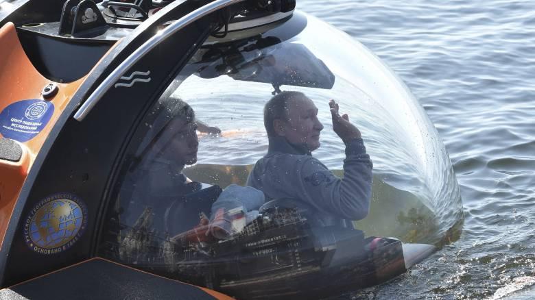 Ο Βλαντιμίρ Πούτιν σε βαθυσκάφος βλέπει το ναυάγιο σοβιετικού υποβρυχίου