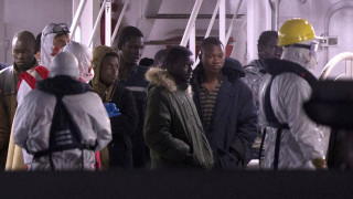 Εγκλωβισμένοι σε σκάφος 131 μετανάστες κοντά σε ιταλικό λιμάνι