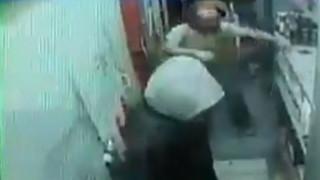 Βίντεο ντοκουμέντο: «Μάχη» περιπτερά με ληστή στην Αγία Παρασκευή