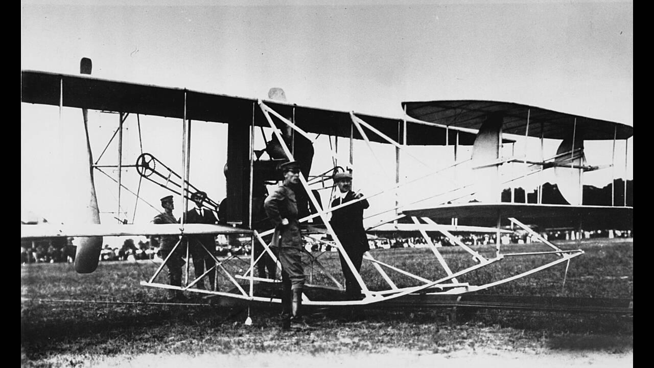 Βιρτζίνια 1909. Ο Πρόεδρος των ΗΠΑ και 7.000 θεατές συγκεντρώθηκαν για να παρακολουθήσουν την επίδειξη των αδελφών Ράιτ με το πρώτο πολεμικό τους αεροπλάνο. Ο Όρβιλ Ράιτ πήρε μαζί έναν στρατιωτικό παρατηρητή στην δοκιμαστική πτήση των 10 μιλίων, ολοκληρών