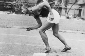 Οχάιο, 1935. Ο δρομέας Τζέσε Όουενς δείχνει το νέο τρόπο «όρθιας εκκίνησης». Ο Όουενς ελπίζει, με το νέο αυτό τρόπο να καταφέρει να τρέξει τις 100 γιάρδες σε εννέα δευτερόλεπτα.