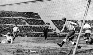 Μοντεβιδέο, 1930. Το πρώτο γκολ της Ουρουγουάης στο Παγκόσμιο Κύπελλο, εναντίον της Αργεντινής, στον τελικό. Η Ουρουγουάη κέρδισε με 4-0.