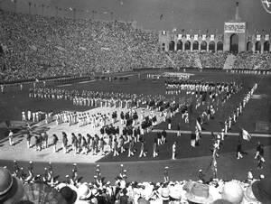 Λος Άντζελες, 1932. Περισσότεροι από 105.000 άνθρωποι γέμισαν το Ολυμπιακό Στάδιο του Λος Άντζελες για την τελετή έναρξης των Ολυμπιακών Αγώνων. Στους αγώνες έλαβαν μέρος εκατοντάδες χώρες και οι αθλητές διαγωνίζονταν για 16 μέρες.