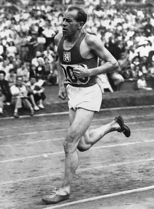 Λονδίνο, 1948. Ο Τσεχοσλοβάκος Εμίλ Ζάτοπεκ κερδίζει τα 10.000 μέτρα των αντρών, στο Γουέμπλεϊ, σπάζοντας το Ολυμπιακό ρεκόρ.