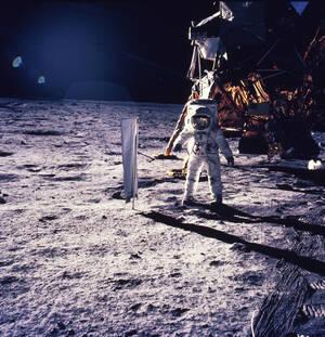 Σελήνη, 1969.  Ο αστροναύτης Έντουιν Όλντριν περπατάει στην επιφάνεια της Σελήνης, κρατώντας έναν σεισμογράφο.
