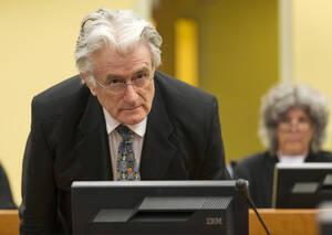 Χάγη, 2013. Ο πρώην ηγέρτης των Σέρβων της Βοσνίας, Ράντοβαν Κάρατζιτς, στο Διεθνές Δικαστήριο της Χάγης, παίρνει τη θέση του για να του απαγγελθούν οι κατηγορίες για εγκλήματα πολέμου και γεννοκτονία κατά τη διάρκεια του Γιουγκοσλαβικού εμφυλίου.