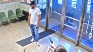 «Πυροβολήστε με»: Σκηνές χάους σε αστυνομικό τμήμα της Νέας Υόρκης