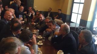 Στο καφενείο της Βουλής ο Μητσοτάκης – Τι είπε για το κάπνισμα στον χώρο