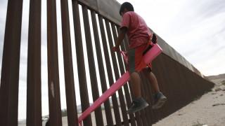 Ηχηρό μήνυμα στον Τραμπ: Παιδιά από Μεξικό και ΗΠΑ αγνοούν το τείχος και παίζουν όλα μαζί