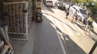 Βίντεο: Αυτοκίνητο παρέσυρε τουρίστα σε διάβαση στη Ζάκυνθο