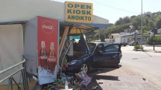 Κέρκυρα: Ταξί «καρφώθηκε» σε περίπτερο - Μία τραυματίας