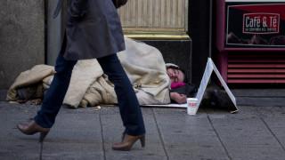 «Δεν είμαστε αόρατοι»: Εκατοντάδες άστεγοι έξω από το μουσείο El Prado της Μαδρίτης