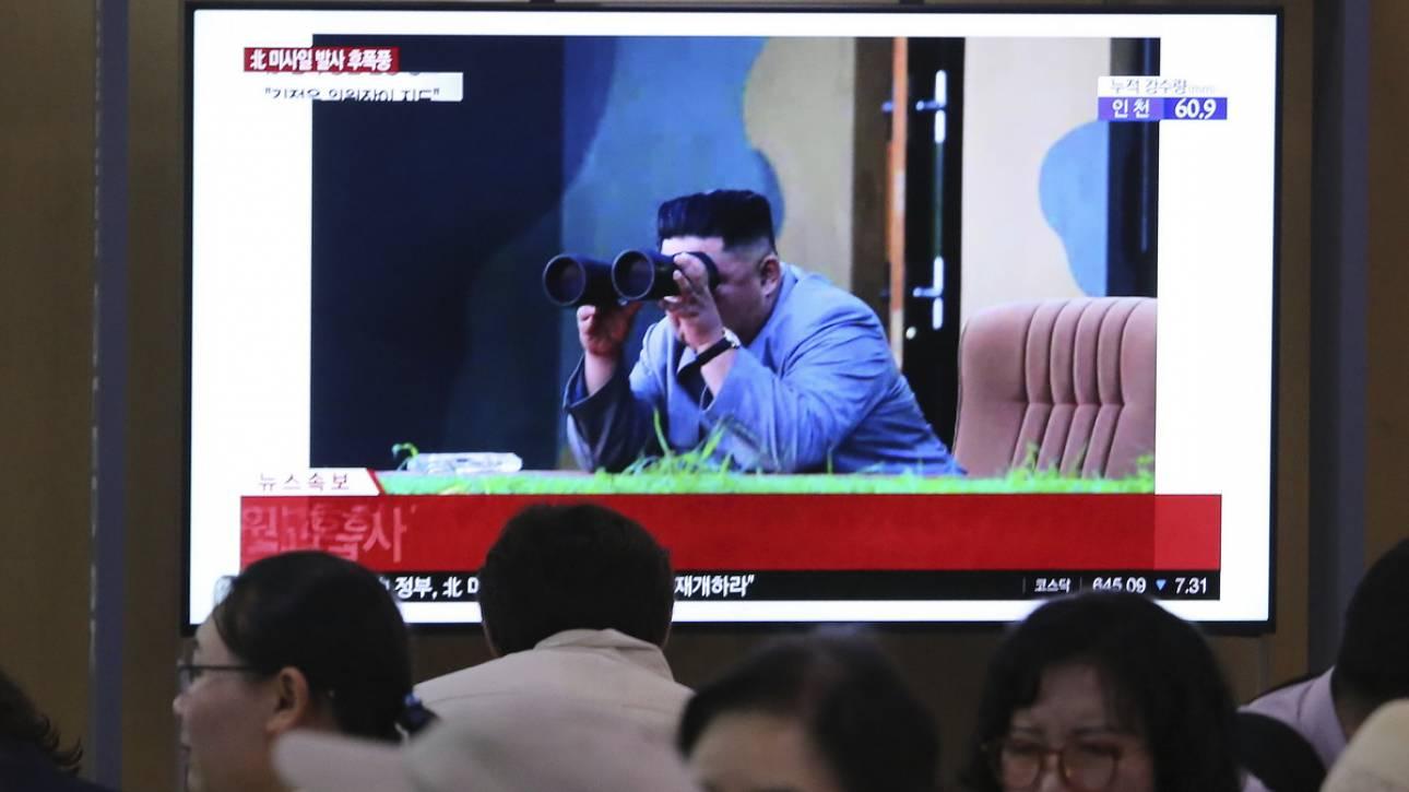 Βόρεια Κορέα: Υπό την επίβλεψη του Κιμ Γιονγκ Ουν η δοκιμή του πυραυλικού συστήματος