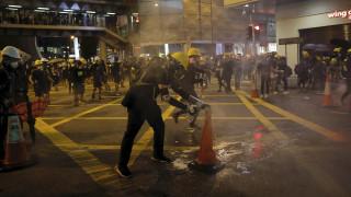 Bίντεο: Πώς εξουδετερώνουν τα δακρυγόνα οι διαδηλωτές στο Χονγκ Κονγκ
