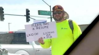 Απολύθηκε και μοίραζε βιογραφικά στο δρόμο: Η συνέχεια εξέπληξε ακόμη και τον ίδιο!