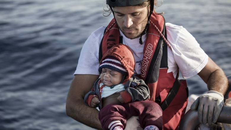 Σώζοντας ζωές στη Μεσόγειο: Ο Ιάσονας Αποστολόπουλος κόντρα στην ποινικοποίηση της αλληλεγγύης