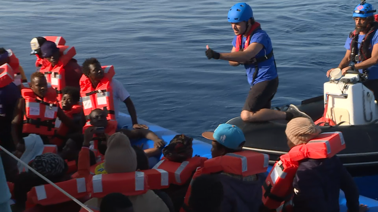 https://cdn.cnngreece.gr/media/news/2019/08/03/186407/photos/snapshot/last-rescue-56781.png