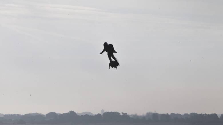 Ο «ιπτάμενος άνθρωπος»: Ο εφευρέτης Φράνκι Ζαπάτα πέταξε πάνω από τη Μάγχη με Flyboard