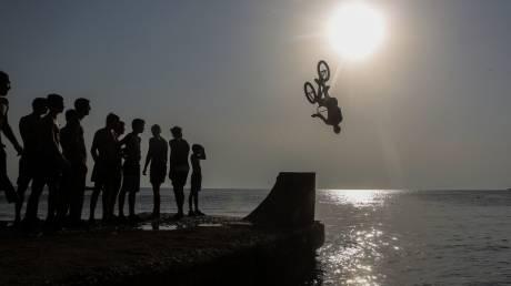 Βουτιές με… ποδήλατα στο Καβούρι!