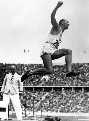 1936, Βερολίνο. Ο Αμερικανός αθλητής Τζέσε Όουενς διαγωνίζεται στο άλμα εις μήκος αντρών, στους Ολυμπιακούς Αγώνες του Βερολίνου.