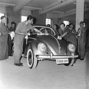 1955, Βόλφσμπουργκ. Εργάτες γυαλίζουν το αυτοκίνητο νούμερο 1.000.000 της Volkswagen, καθώς αυτό βγαίνει από τη γραμμή παραγωγής. Το αυτοκίνητο είναι συλλεκτικό, δεν θα πουληθεί και θα εκτεθεί σε περισσότερες από 80 χώρες του κόσμου.