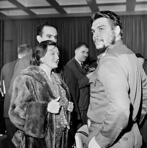 1961, Ουρουγουάη. Ο υπουργός οικονομικών της Κούβας Ερνέστο «Τσε» Γκεβάρα, στα δεξιά, συναντάει την αδελφή του, Άννα Μαρία, στην πούντα ντελ Έστε της Ουρουγουάης, όπου βρίσκεται για να παρακολουθήσει τις εργασίες του παναμερικανικού Οικονομικού και Κοινων