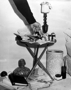 1962, Λος Άντζελες. Ένας αστυνομικός δείχνει τα μπουκαλάκια με τα φάρμακα που βρέθηκαν δίπλα στο κρεβάτι της ηθοποιού Μέρλιν Μονρόε. Η Μονρόε βρέθηκε νεκρή στο κρεβάτι της σε ηλικία 36 ετών.