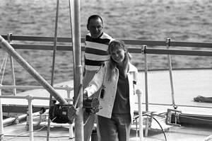 1965, Μασαχουσέτη. Ο τραγουδιστής Φρανκ Σινάτρα, 49 ετών και η ηθοποιός Μία Φάροου, 19 ετών, πάνω στο σκάφος Southern Breeze, στο λιμάνι του Έντγκαρταουν στη Μασαχουσέτη. Το ζευγάρι κάνει διακοπές και οι φήμες λένε ότι ετοιμάζονται να παντρευτούν.