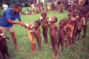 1968, Μπιάφρα. Ένας γιατρός δίνει κούπες με την ημερήσια δόση γάλακτος σε σκόνη, σε παιδιά στο στρατόπεδο προσφύγων της Άνβα. Οι γιατροί στα στρατόπεδα των προσφύγων έχουν να κάνουν μια δραματική επιλογή, καθώς μπορούν να δώσουν γάλα μόνο στα παιδιά που δ