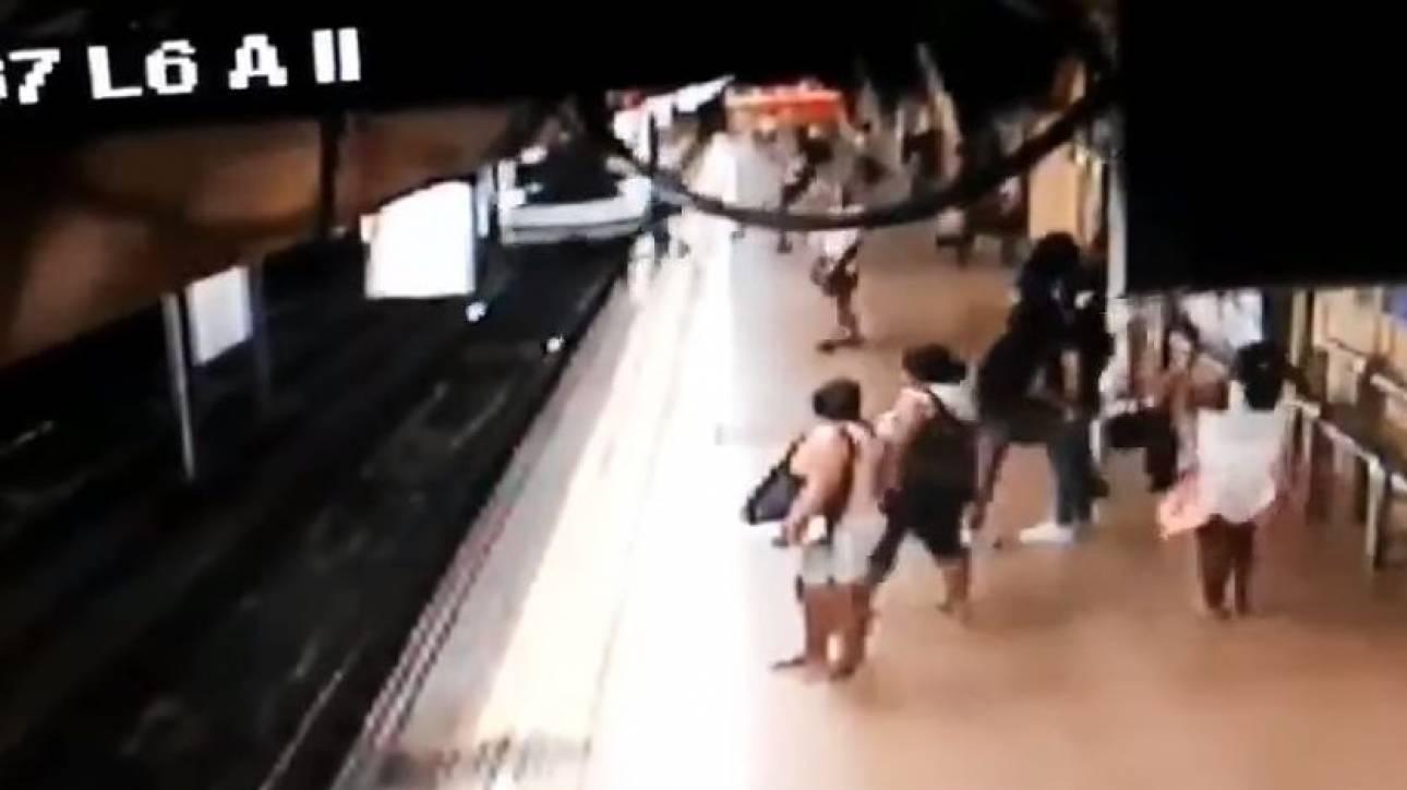 Νέα σοκαριστική επίθεση: Κλώτσησε και έριξε άνδρα στις ράγες του μετρό (vid)