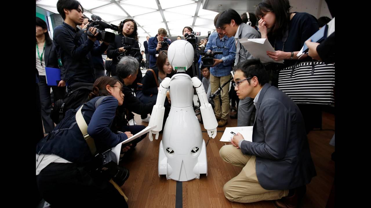 https://cdn.cnngreece.gr/media/news/2019/08/06/186662/photos/snapshot/2018-11-26T081357Z_858315289_RC1C8F5D0FD0_RTRMADP_3_JAPAN-ROBOTCAFE.JPG