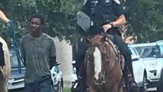 Σάλος στο Τέξας: Αστυνομικοί έδεσαν μαύρο άνδρα πίσω από το άλογά τους