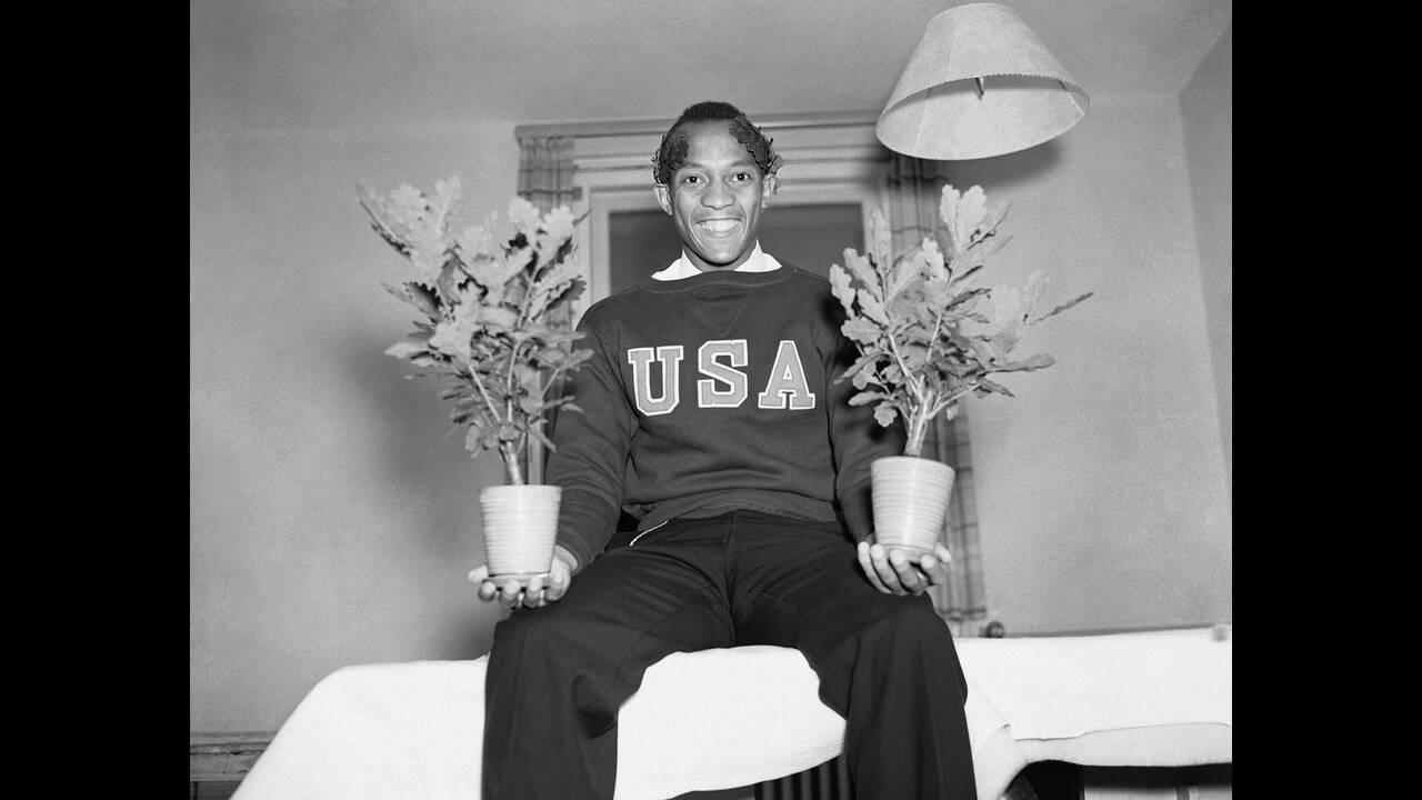 1936, Βερολίνο. Χαρούμενος για τη διπλή του νίκη, ο Τζέσε Όουενς ποζάρει στο Βερολίνο. Ο Όουενς κέρδισε τα 100 μέτρα ανδρών και το άλμα εις μήκος.