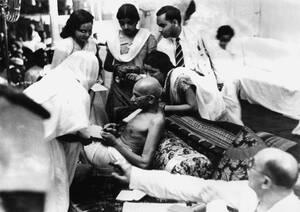 1942, Βομβάη. Ο Μαχάτμα Γκάντι περιτριγυρισμένος από τους οπαδούς του στο παν-Ινδικό συνέδριο στη Βομβάη, υπογράφει αυτόγραφα, λίγο πριν τη σύλληψή του. Τα αυτόγραφα θα πωληθούν προς περίπου 1.65 δολάρια το ένα, και τα έσοδα θα πάνε στους φτωχούς της χώρα