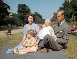 1951, Λονδίνο. Η πριγκίπισσα Ελισάβετ της Αγγλίας, μετέπειτα βασίλισσα Ελισάβετ η δεύτερη, ο πρίγκιπας Φίλιππος και τα παιδιά τους, πρίγκιπας Κάρολος και πριγκίπισσα Άννα στον κήπο του Clarence House.