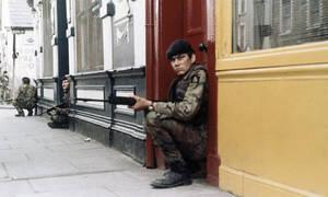 1971, Μπελφάστ. Βρετανοί στρατιώτες έχουν πάρει θέσεις στις εισόδους καταστημάτων στο κέντρο του Μπελφάστ, στη Βόρεια Ιρλανδία, η οποία συγκλονίζεται από ταραχές.